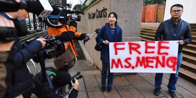Des gens demandaient la libération de Mme Meng devant le palais de justice de Vancouver, lundi.