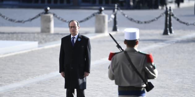 François Hollande devant la tombe du soldat inconnu, le 11 novembre 2016.