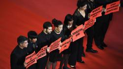 Protesta en la alfombra roja de Cannes contra el genocidio de los indígenas en