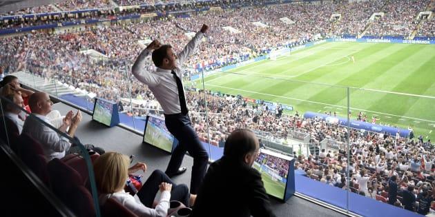 Ce que la photo de la célébration de Macron lors de la finale France - Croatie dit du sport en France.