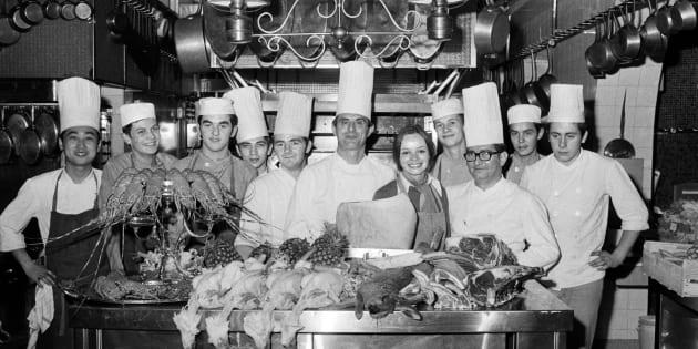 Paul Bocuse et son équipe dans la cuisine de son restaurant à Collonges-au-Mont-d'Or, près de Lyon, en novembre 1973.