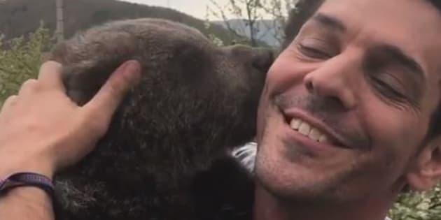 Tomer Sisley et l'ours qui l'accompagne pour un tournage à Prague.
