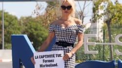Devant le Marineland d'Antibes, Pamela Anderson déploie une banderole réclamant sa