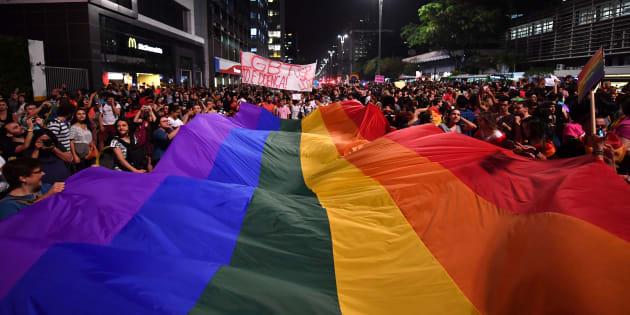 """Manifestantes protestam em São Paulo, após um juiz do Distrito Federal decidir que psicólogos estão liberados para aplicar tratamentos de """"reversão sexual""""."""