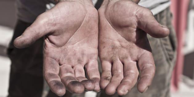 Las manos vacías de un agricultor.