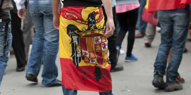 Imagen de archivo de un hombre envuelto en la bandera franquista.