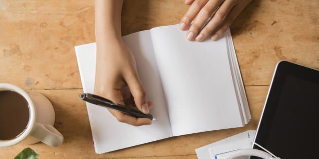Escribir pensamientos positivos reduce el estrés.