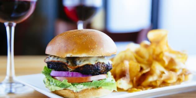 Hambúrguer pode ser harmonizado com vinho.