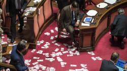 Via libera del Senato (con fiducia) al decreto per il salvataggio delle banche venete. I 5 Stelle protestano e lanciano soldi