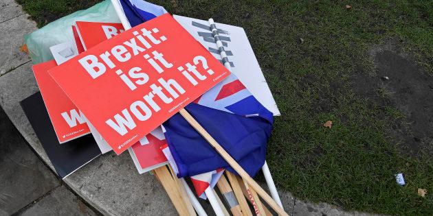 Pancartas de manifestantes anti-Brexit, a las puertas del Parlamento británico, en Londres.