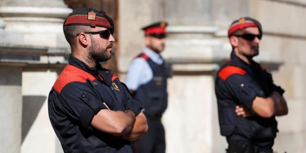 Mossos en la puerta de la Generalitat.