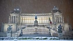 Neve a Roma: lunedì chiuse anche le scuole. Il Pd contro la Raggi:
