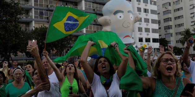 Manifestantes defendem condenação de Lula em segunda instância.