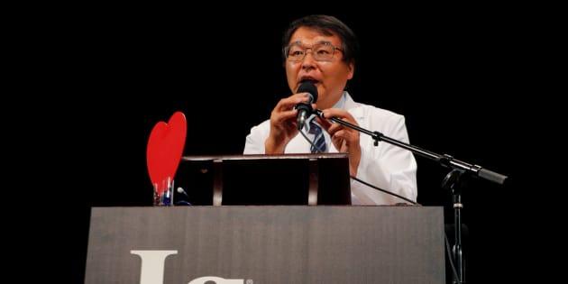 Le Japonais Akira Horiuchi accepte le prix Ig Nobel pour l'éducation médicale pour son étude «Coloscopie en position assise: leçons d'une coloscopie sur soi-même».
