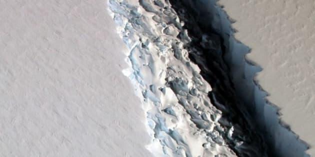 Un trozo de hielo más grande que el estado de Delaware está colgando de un hilo de la plataforma de hielo de la Antártida occidental, revelaron imágenes de satélite.