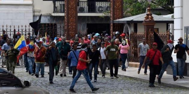 Simpatizantes de Maduro irrumpen con violencia en el Parlamento venezolano