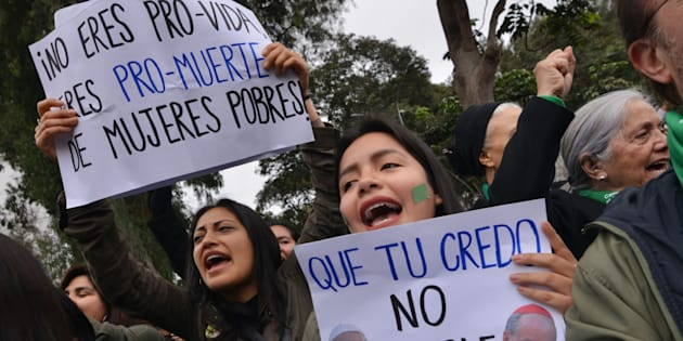 Activistas en favor del aborto se manifiestan ante el Senado antes de que rechazara la legalización.