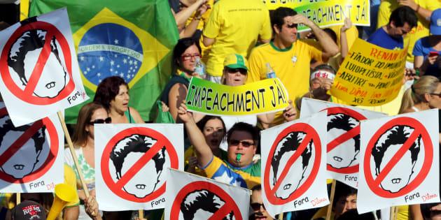 Milhares de brasileiros foram às ruas contra Dilma Rousseff e o PT usando a camisa da Seleção.