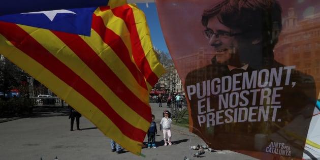 Banderolas y esteladas en favor del expresident catalán Carles Puigdemont en las calles de Barcelona.