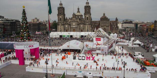 Cientos de personas patinan en la pista de hielo instalada en 2017 en la plancha del Zócalo de la Ciudad de México