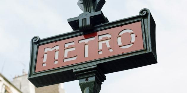 """Une personne âgée a répondu à trois gilets jaunes qui effectuaient des """"quenelles"""" dans le métro parisien le 22 décembre 2018."""