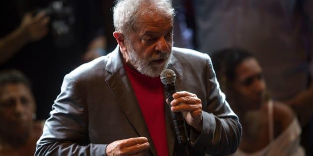 Lula não deu a entender em momento algum que vá tentar deixar o País para evitar a prisão. Agora, mesmo que queira, dificilmente conseguirá, mesmo ainda estando de posse de seu passaporte.
