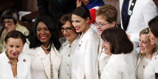 Las mujeres demócratas del Congreso, incluida al centro Alexandria Ocasio-Cortez, posan para una foto antes de que el Presidente Donald Trump pronuncie su discurso sobre el Estado de la Unión en una sesión conjunta del Congreso en el Capitolio en Washington.