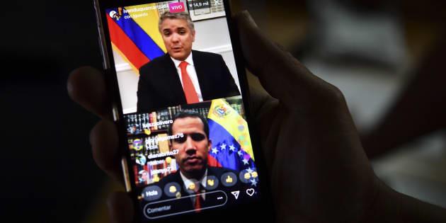 A Caracas, le 15 février 2019, un journaliste suit en ligne sur son téléphone la rencontre entre Juan Guaido et le Président de la Colombie Ivan Duque.