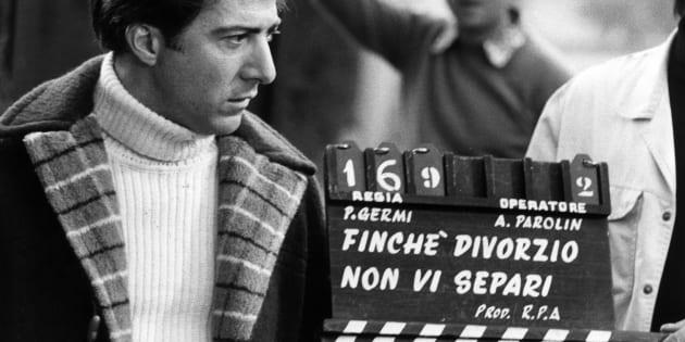 American actor Dustin Hoffman on the set of 'FinchT divorzio non vi separi', later entitled 'Alfredo Alfredo', by Pietro Germi. Ascoli Piceno, 1971 (Photo by Rino Petrosino/Mondadori Portfolio via Getty Images)
