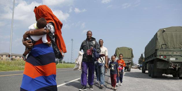 Un groupe de demandeurs d'asile qui se dirige vers les frontières canadiennes.