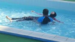 In piscina con il burkini a Padova. I clienti protestano: