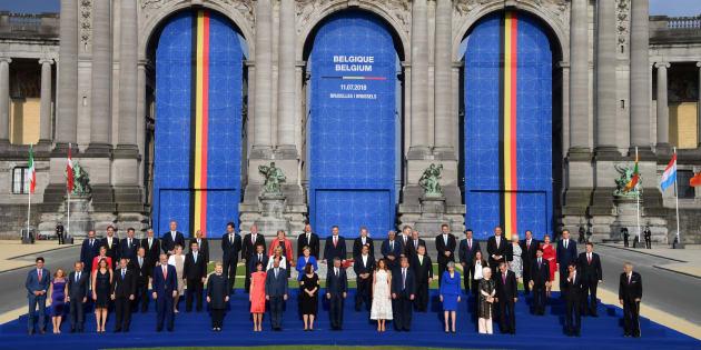 Los líderes de la OTAN y sus parejas, posando en la foto final de familia, en el Parque del Cincuentenario de Bruselas.