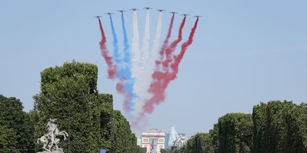 14 juillet 2018: rouge bleu blanc rouge, l'étonnant drapeau tricolore formé par la Patrouille de France au-dessus des Champs-Élysées
