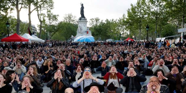 """Des participants du mouvement """"Nuit Debout"""" rassemblés contre la loi travail El Khomri, place de la République à Paris, le 15 mai 2016."""