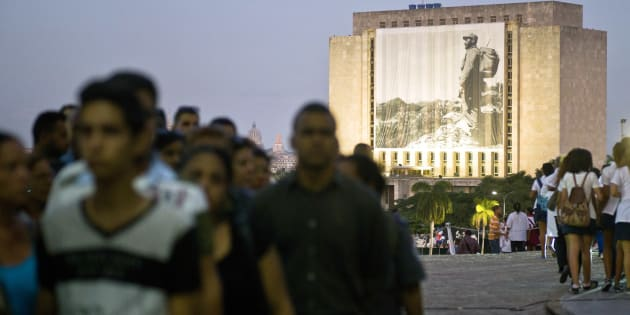 Une photographie de Fidel Castro est affichée sur la Bibliothèque nationale José Martí, place de la Révolution à La Havane. Les Cubains font la queue pour lui rendre un dernier hommage, le 28 novembre 2016. 9 jours de deuil national ont été décrétés.