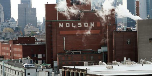 Les travailleurs de l'usine de Molson à Montréal votent pour la grève