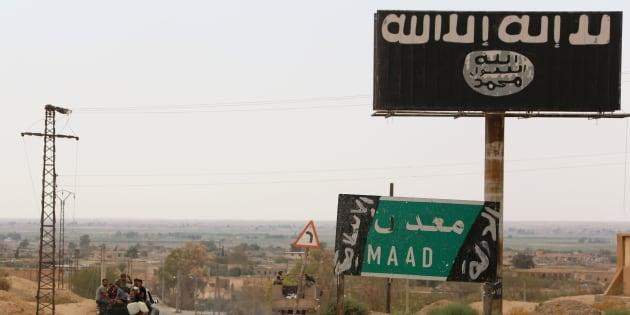 Les jihadistes français arrêtés en Syrie peuvent-ils vraiment être jugés au Kurdistan syrien? (Photo d'illustration: un panneau affichant le signe du groupe EI près de Deir ez-Zor, en Syrie, en septembre)