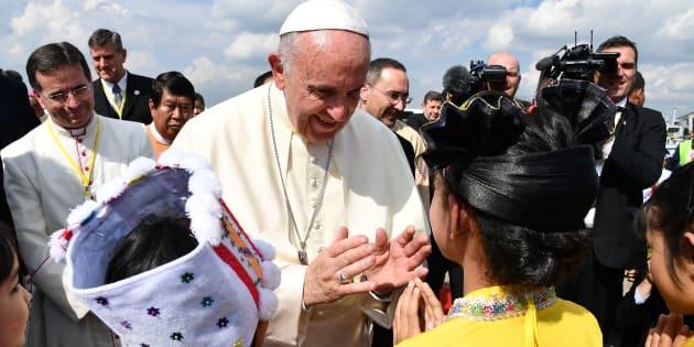 El papa Francisco a su llegada al Aeropuerto Internacional de Yangon en Myanmar, el 27 de noviembre de 2017.