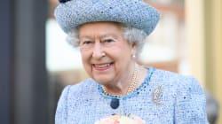 La reina de Inglaterra le da el