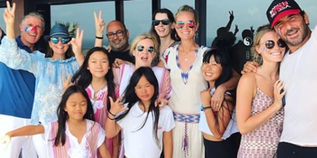 Laeticia Hallyday, Hélène Darroze et leurs filles en compagnie de leurs amis avec qui elles ont fêté la victoire des Bleus en Coupe du Monde.
