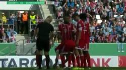 Ribéry défait les lacets de l'arbitre en plein match et ça fait rire tout le