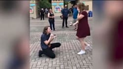 Si inginocchia e le chiede di sposarla, lei invece di dire 'sì' la sorprende in questo