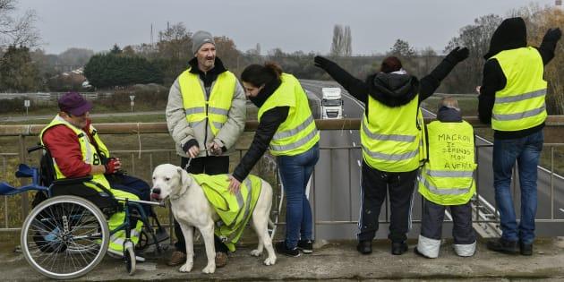 Les gilets jaunes (ici à Montceau-les-Mines en Saône-et-Loire le 21 novembre 2018) encore massivement approuvés par les Français.