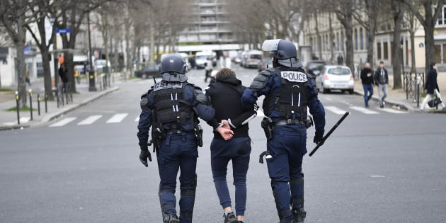 La police arrête un jeune homme suite aux altercations avec les manifestants lors des protestations contre les violences policières liées à l'affaire Théo, Paris le 23 février 2017.
