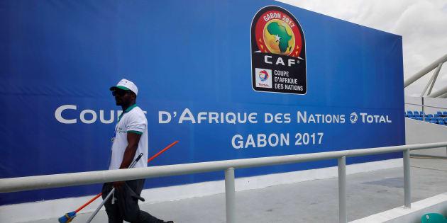 Un employé au Stade de l'Amitie de Libreville au Gabon le 13 janvier 2017.