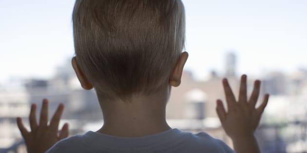 Reggio Emilia, bambino di quattro anni cade dalla finestra: illeso
