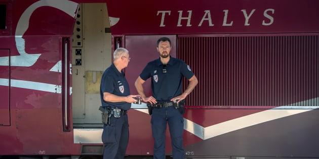 Des policiers devant un train Thalys, au lendemain de l'attaque du 21 août 2015.