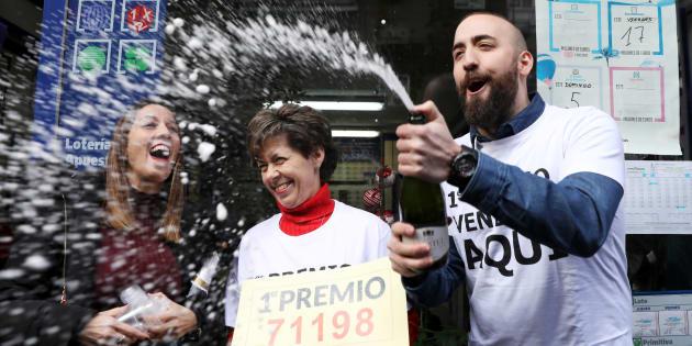 Los propietarios de la administración de lotería de Madrid que vendió parte de El Gordo de la Lotería de Navidad.