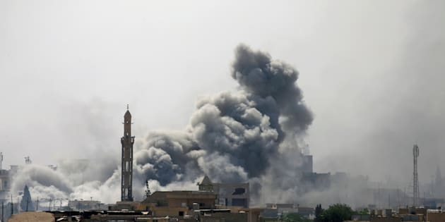 Smoke rises from an airstrike during a battle between Iraqi forces and Islamic State militants in western Mosul, Iraq, May 21, 2017. REUTERS/Alaa Al-Marjani