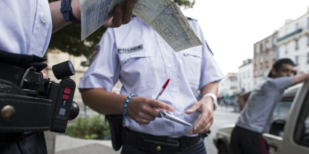 Contrôle d'identité par la police en juillet 2013 à Saint-Denis. AFP PHOTO / FRED DUFOUR